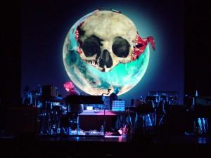 Jarre em ação na turnê dos 30 anos do álbum Oxygene.