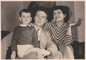 Jarre ainda criança, seu pai Maurice Jarre e sua mãe France Pejot