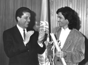 Jean Micehl Jarre recebe do Diretor Geral da UNESCO, o espanhol Federico Mayor Zaragoza, seu diploma de Embaixador da Boa Vontade na sede da entidade em 1993