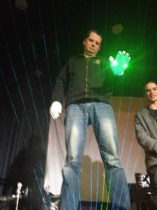 Yann, testa a harpa laser na Synth Fest de Nantes.