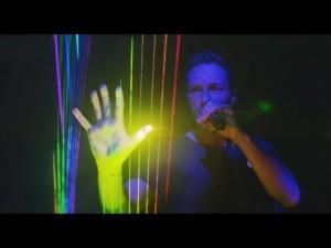 Chris Martin tocando a harpa laser em show do Coldplay