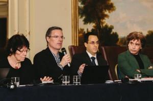 A brasileira Marisa Gandelman (Diretora Geral da UBC) escuta discurso junto com Jarre e diretoria do CISAC.