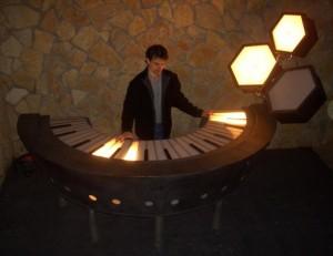 Jorge Landeira com o teclado luminoso restaurado.