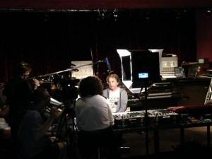 """Jarre com a produção do documentário """"Zoolook Experience"""" em seu estúdio perto de Paris."""
