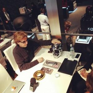 Jarre dá entrevista sobre seus produtos.