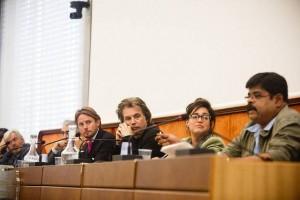 Jarre acompanha atentamente o discurso de um colega.