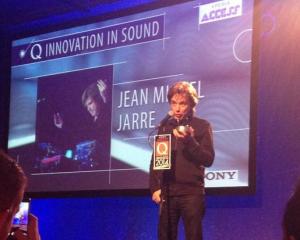 """Jarre recebe o Prêmio """"Q Awards"""" em Londres."""