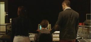 Membros do KIZ, com Jean Michel Jarre em seu estúdio.