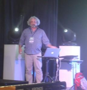 Frederick Rousseau palestrando sobre o IRCAM  e seu trabalho com outros artistas.