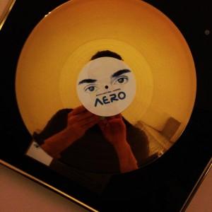Produtor François Le Gall, faz o selfe com o disco de ouro do álbum A.E.R.O.