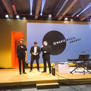 """Jean Michel Jarre, junto com Tommy Vaudecrane (artista hardcore e presidente da Techno Parade) entregaram o prêmio """"Qwartz d'Honneu"""" para Pantha du Prince"""