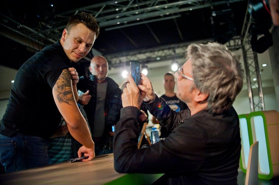 Teve fã que mostrou a tatuagem inspirada e Jarre fez questão de publicar no Twitter.