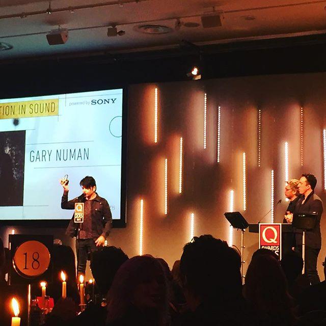 Entrega do prêmio para Gary Numan.
