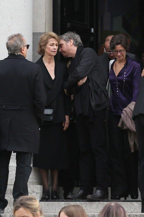 Jarre dando as condolências a ex-esposa, Charlotte Rampling