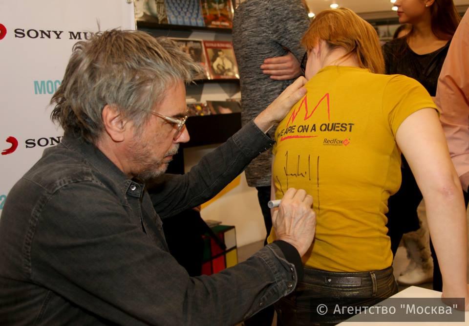 Algumas fãs fazem de tudo para pedir autografo...