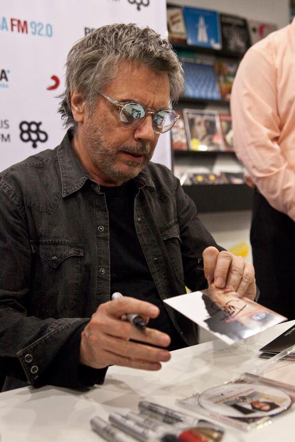 Jarre autografa vários itens para os fãs. Apesar da regra de apenas 2 por pessoa.