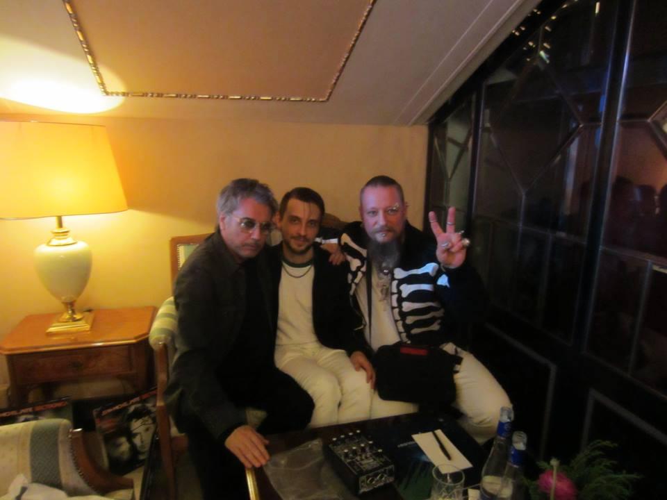 Jarre com os membros da banda LIE DETECTOR.