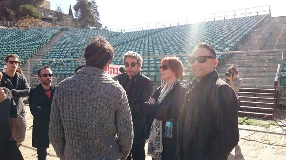 Jarre com o produtor Vic Falah e Fiona visitando a Sultan's Pool, para futuro concerto.