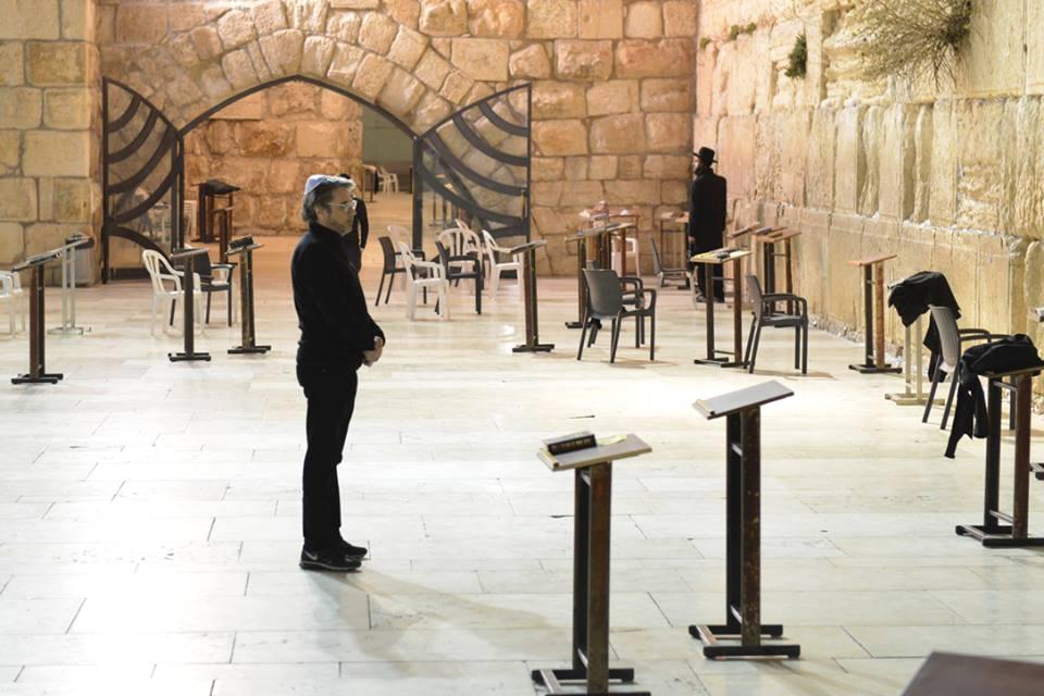 Jarre reza no Muro das Lamentações, em Jerusalém.