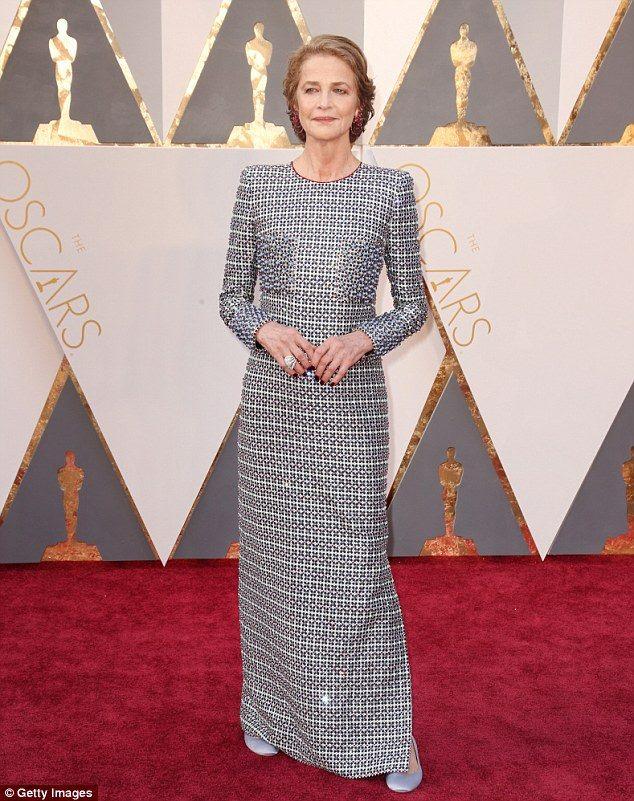 Magnífica no tapete vermelho do Oscar 2016, Rampling perdeu o prêmio , mas não a pose !