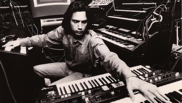 Jarre cercado de synths vintages nos anos 70.