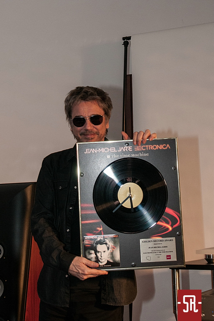 """Jarre recebe o """"Disco de Ouro"""" por Electronica I."""