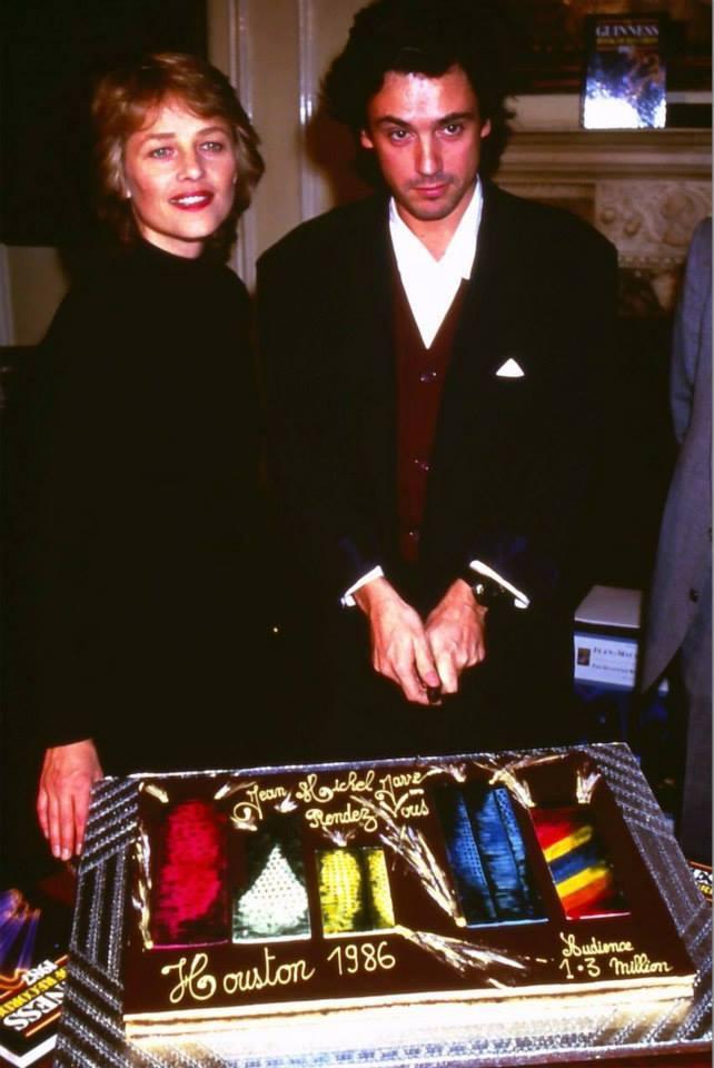 Charlotte Rampling e Jarre felizes pela nova entrada no Guinness Book (edição 1987)