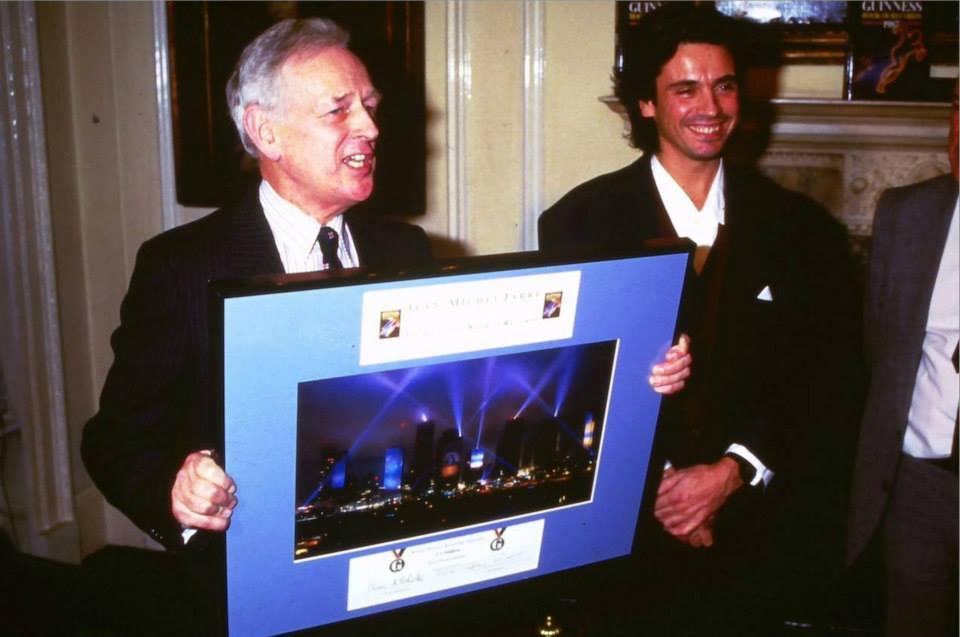 Jarre recebe a notificação do Guinness Book da quebra de recorde mundial de público.