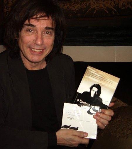 O próprio Jean Michel Jarre recebe o livro de Renato Mundt, na sede da UNESCO em 2009.