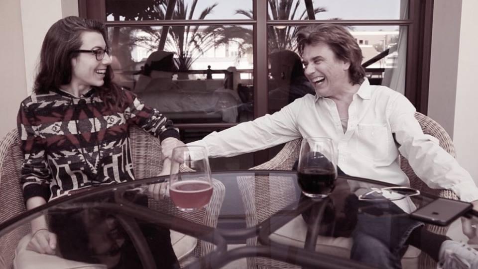 Jarre e Julia trocam gentilezas formalmente em um hotel em Los Angeles