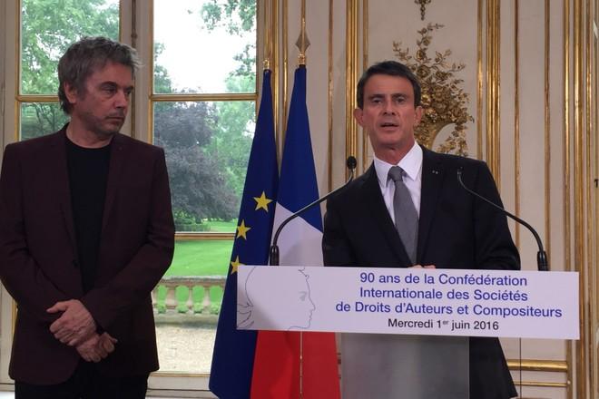 Premier francês, Manuel Valls discursa ao lado do Presidente do CISAC, J.M.Jarre.