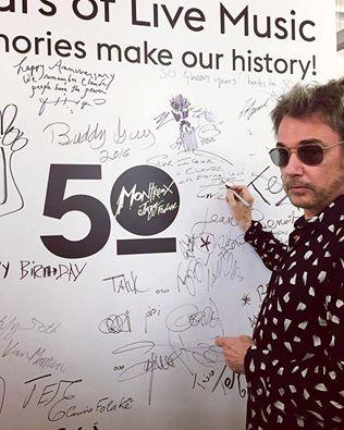 Jarre deixa sua assinatura no mural dos artistas em Montreux