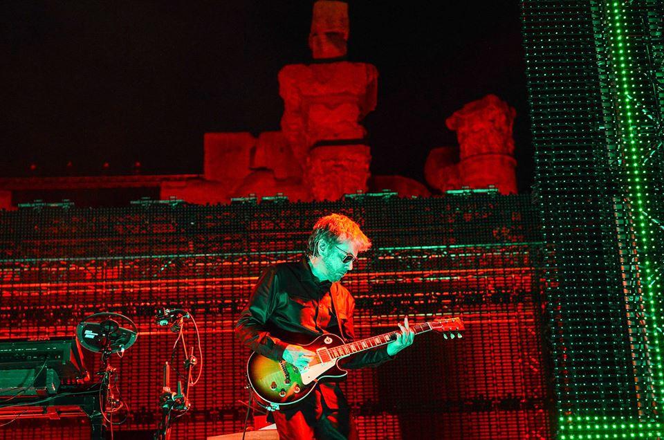 "Jarre na guitarra durante ""Conquistador"""