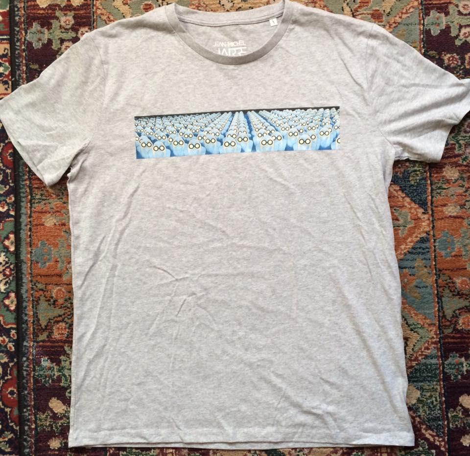 Camiseta Equinoxe com estampa florescente.