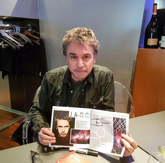 Jarre visita escritório da Octopus Magazine, na França.