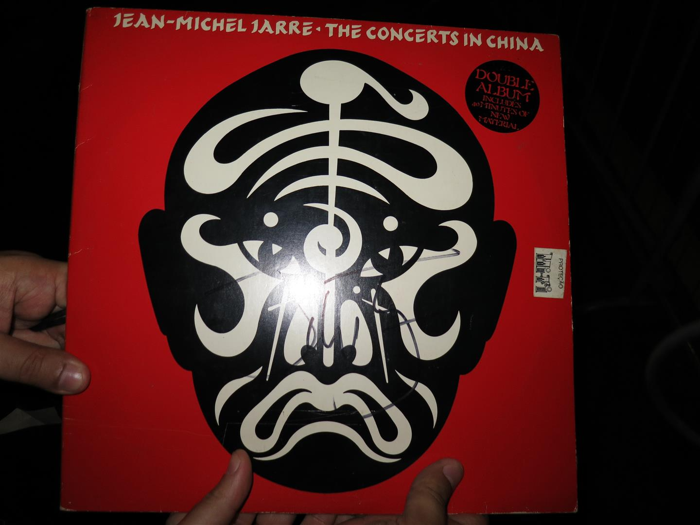 "LP ""Concerts in China"" autografado por Jarre."