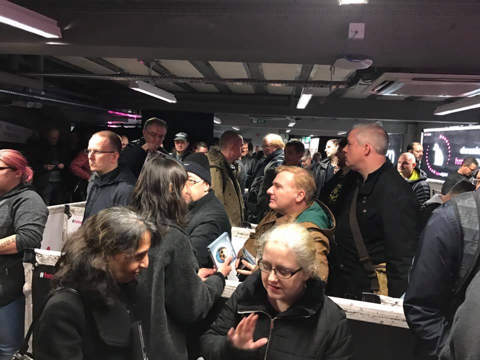 Fãs se aglomeram para ver Jarre na HMV