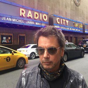 Jarre em frente ao Radio City Music Hall em Nova Iorque